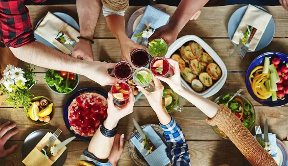 Bon Voyage! 5 Tips for Throwing a Goodbye Party with Friends